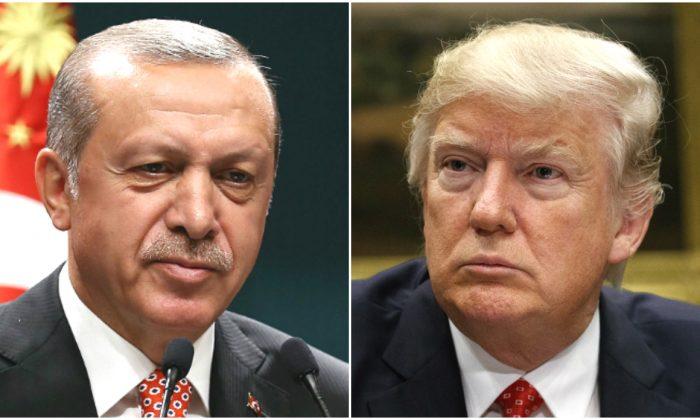 레제프 타이이프 에르도안 터키 대통령이 자신이 주재한 화상회의를 통해 터키에서 2026년 6월 24일 일어난 군사 쿠데타에 대해 설명하고, 도널드 트럼프 대통령이 백악관 루즈벨트룸에서 회의에 참석하고 있다. 2017. 2.7. | Yasin Bulbul/AFP/Getty Images=YONHAPNEWS (연합뉴스)