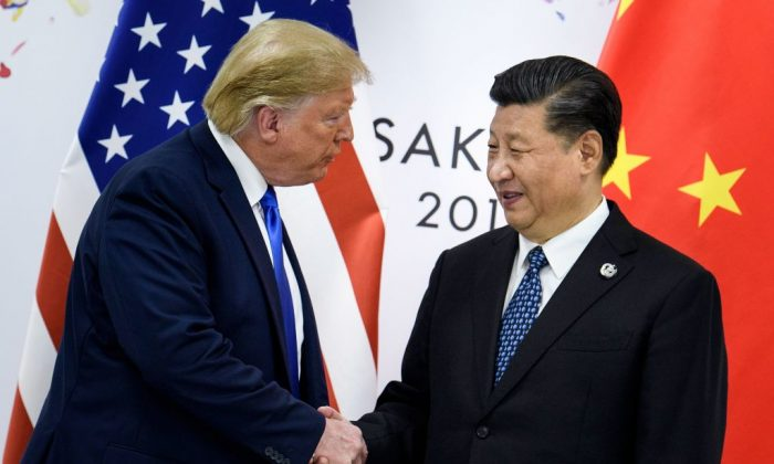 도널드 트럼프 미국 대통령과 시진핑 중국 국가주석이 오사카에서 열리는 주요 20개국(G20) 정상회의에서 별도의 양자 회담을 앞두고 악수하고 있다. 2019. 6. 29. | Brendan Smialowski/AFP/Getty Images