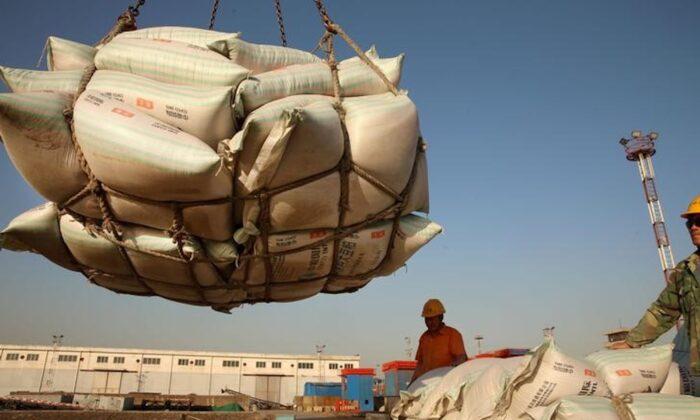 중국 장쑤성(江苏省) 난퉁(南通)의 한 항구에서 수입 콩을 옮기는 근로자. 2018. 4. 9. | Reuters=Yonhapnews(연합뉴스)