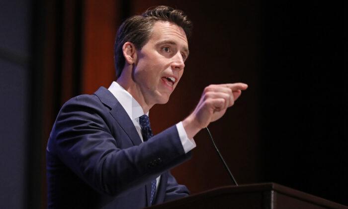 조시 홀리(공화) 상원의원이 미국 워싱턴 국회의사당 방문객 센터 강당에서 열린 '신앙과 자유 연합의 주요 정책의 길' 회의에서 발언하고 있다. 2019. 6. 27.   Chip Somodevilla/Getty Images