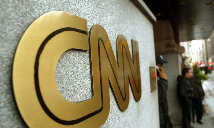 뉴욕 본사 밖에서 보이는 CNN로고. 2002. 11. 12.   Mario Tama/Getty Images