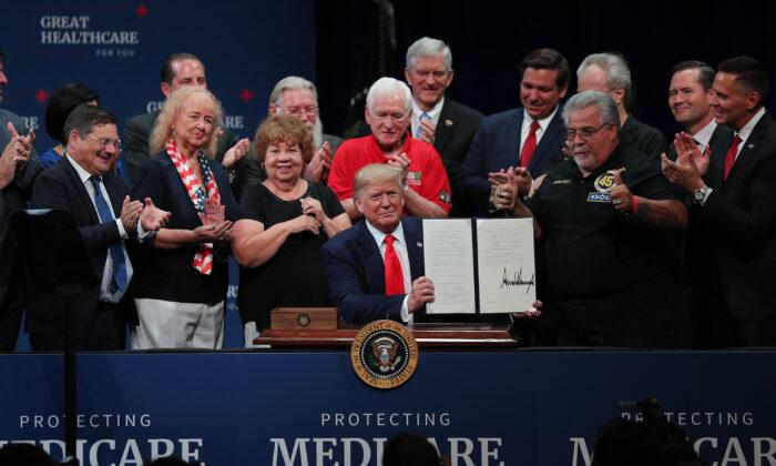 도널드 트럼프 대통령이 플로리다 주 더 빌리지(The Villages)에 있는 샤론 L. 모스 예술극장에서 메디케어 관련 행정명령에 서명했다. 2019. 10.3.   Joe Raedle/Getty Images