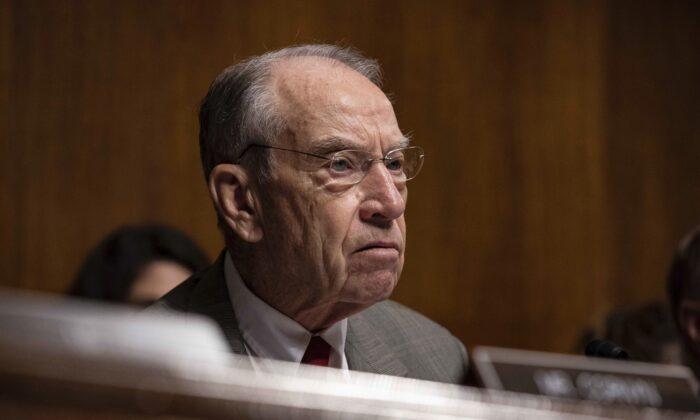 척 그래슬리(공화당) 미 상원의원이 상원 법사위 청문회에서 케빈 매컬리넌 국토안보부 장관 직무대행과 함께 발언하고 있다. 2019.6.11.|Anna Moneymaker/Getty Images