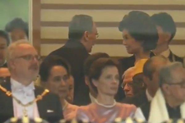 왕치산 중국 국가 부주석과 미국 일레인 차오 교통부장관이 나루히토 일왕 즉위식에서 조용히 얘기나누는 영상이 인터넷에서 빠르게 전파되고 있다. | 영상 캡처