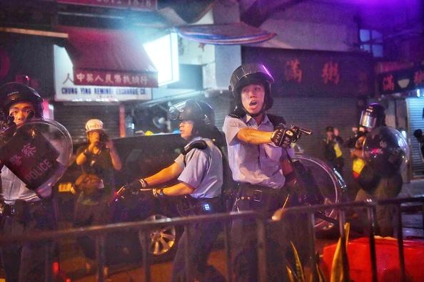 기사와 직접 관련없는 자료사진. 홍콩 경찰이 시위대를 진압하는 과정에서 권총을 꺼내들고 경고하고 있다. 20198.25 | LILLIAN SUWANRUMPHA/AFP/Getty Images