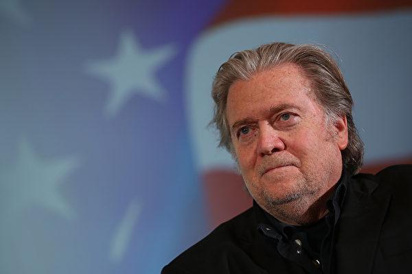 美 백악관 전 전략수석 배넌이 만든 영화 '레드 드래건 클로(Claws of the Red Dragon)'가 미국에서 개봉됐다. 사진은 2018년 5월 22일 체코 프라하에서 열린 토론회에서 포즈를 위한 배넌. | Sean Gallup/Getty Images