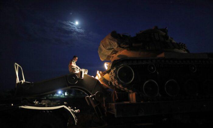 시리아와 터키 국경 부근 샨리우르파에 주둔 중인 터키군 장교가 탱크 운송을 준비하고 있다. 2019. 10. 8   Lefteris Pitarakis/AP=Yonhapnews(연합뉴스)