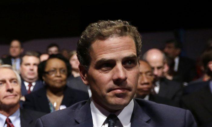 조 바이든 전 부통령의 아들 헌터 바이든이 캔터키주 댄빌의 센트럴 칼리지(Centre College)에서 아버지의 토론이 시작하기를 기다리고 있다. 2012.10.11.|Pablo Martinez Monsivais/AP Photo=Yonhapnews(연합뉴스)