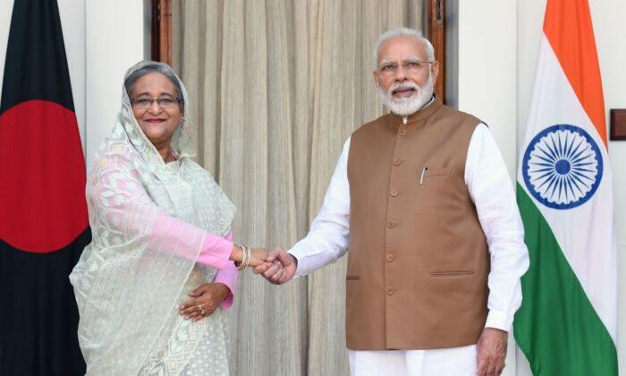 나렌드라 모디 인도 총리와 셰이크 하시나 방글라데시 총리가 뉴델리에서 회의에 앞서 악수하고 있다. 2019. 10. 5. | Prakash Singh/AFP via Getty Images