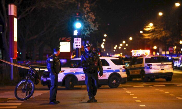 총기 난사 사건이 발생한 시카고 머시 병원 밖에 있는 시카고 경찰관들. | 2018. 11. 19.Kamil Krzaczynski/AFP/Getty Images