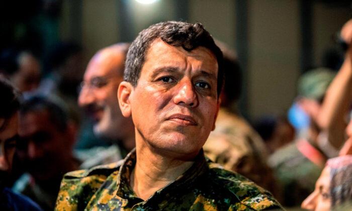 https://www.theepochtimes.com/military-leader-of-syrian-kurds-thanks-trump-after-permanent-cease-fire-announced_3125365.html 시리아 민주군(SDF) 총사령관인 마즐룸 코바니 압디 장군이 다른 지휘관들과 ISIS에 대항해 싸우는 미국 주도 연합군 대표 회의에 참석하고 있다. | Dell Souleiman/AFP/Getty