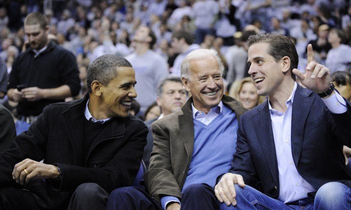 (왼쪽부터) 버락 오바마 전 대통령, 조 바이든 전 부통령, 아들 헌터 바이든이 워싱턴에서 열린 대학 농구 경기를 즐기고 있다. 2010.1.30.|AP Photo/Nick Wass=Yonhapnews(연합뉴스)