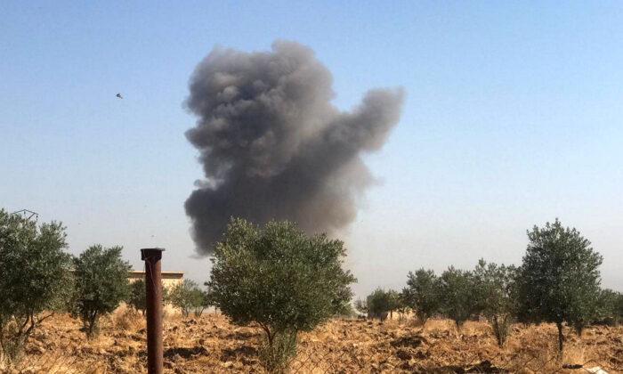 시리아 라스알아인 시골마을 텔아캄에서 연기가 피어오른다. 2019.10.10.   Stringer/Reuters =Yonhapnews(연합뉴스)