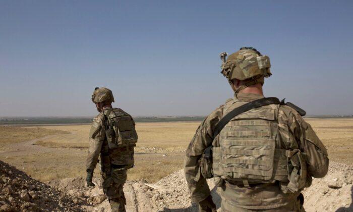 미군이 시리아 민주군 산하 텍스 아비아드 군사위원회와 합동으로 시리아와 터키 국경 텔 아비아드 근처 안전지대를 조사하고 있다. 2019. 9. 6. | Maya Alleruzzo/AP=Yonhapnews(연합뉴스)