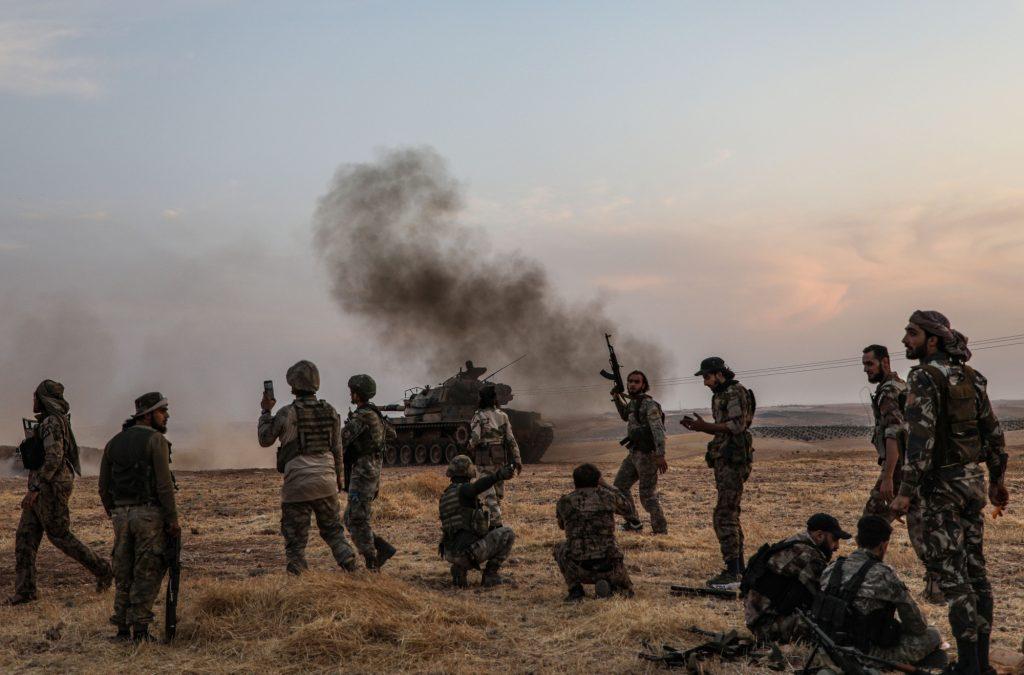 터키군과 그 지원을 받은 시리아군이 시리아 북부 만비지에 모여있다. 2019년 10월 14일 (Zein Al Rifai/AFP via Getty Images)
