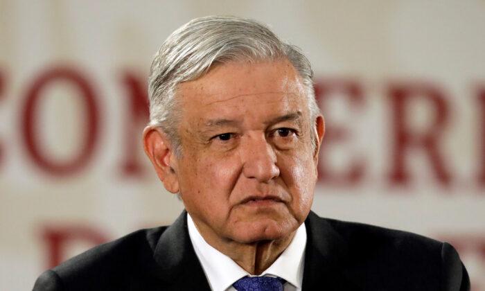 멕시코시티 내셔널 팰리스에서 일일 기자회견 중인 안드레스 마누엘 로페즈 오브라도 멕시코 대통령. 2019. 11. 6.   Luis Cortes/Reuters=Yonhapnews(연합뉴스)