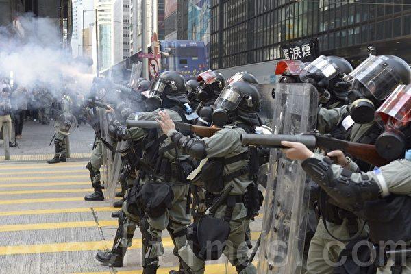 지난 11일, 홍콩 센트럴의 피타 거리에서 경찰이 최루탄을 쏘고 있다. | 위톈요우(余天佑)/에포크타임스