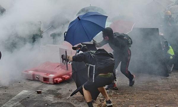 지난 12일, 홍콩인들은 '3파운동'에 돌입했다. 사진은 홍콩 중문대학 캠퍼스에서 폭동 진압 경찰이 최루탄을 발사하는 모습.   쑹비룽(宋碧龍)/에포크타임스