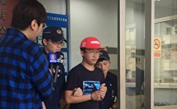 7일 오전 대만대학 캠퍼스 내 레넌벽이 파괴됐다. 타이베이시 경찰은 신속히 추적 조사를 벌여 사건에 연루된 중국 관광객  리 씨(빨간모자를 쓴 사람)를 체포했다.   중앙사