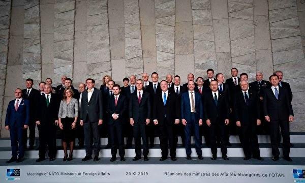 폼페이오(오른쪽에서 다섯 번째) 미 국무장관이 20일 나토 각국 외무장관들과 함께 사진을 찍고 있다.   KENZO TRIBOUILLARD/AFP via Getty Images