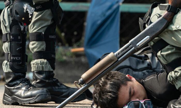 한 시위자가 홍콩 폴리테크닉대학을 탈출하려다 경찰에 체포됐다. 2019. 11. 18. | Anthony Kwan/Getty Images