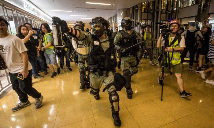홍콩 타이쿠싱(太古城)지역 시티 플라자 쇼핑몰 안에서 경찰이 후추 스프레이를 쏘며 시위자를 추격하고 있다. 2019. 11. 3. | Vivek Prakash/AFP via Getty Images