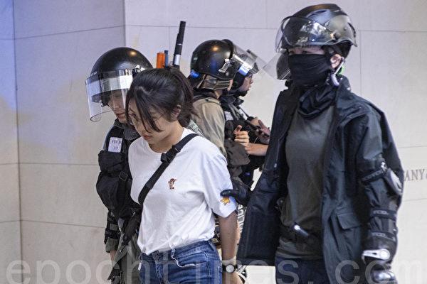 12일, 홍콩 시민들은 '3파' 투쟁을 이어갔고, 경찰은 센트럴에서 시위대 10여 명을 체포했다.   위강(餘鋼)/에포크타임스