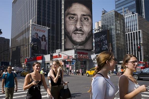 2018년 9월 6일 미국 뉴욕에서 콜린 케퍼닉이 등장하는 나이키 광고 옆을 사람들이 지나가고 있다. | Mark Lennihan/AP