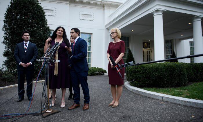 '공산주의 희생자들의 날'을 맞아 백악관 집무실에서 행사 참가자들이 도널드 트럼프 대통령을 예방한 뒤 인터뷰하고 있다. 2019년 11월 7일   Brendan Smialowski/AFP via Getty Images