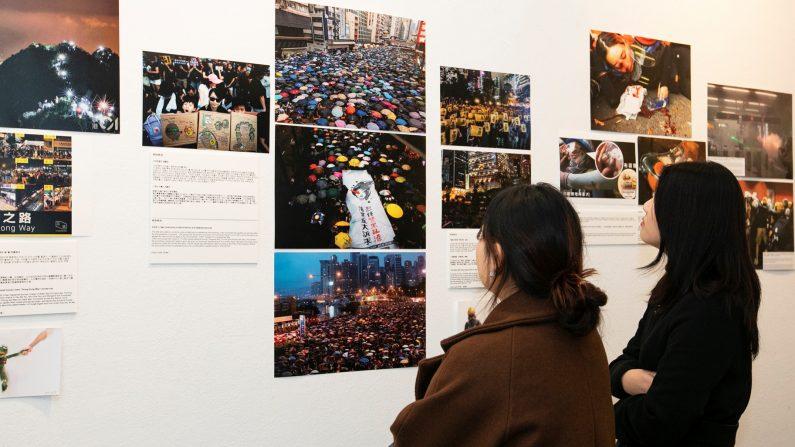 지난 8월 홍콩 시위 현장에서 촬영한 사진을 관람객들이 살펴보고 있다.  Epoch Times
