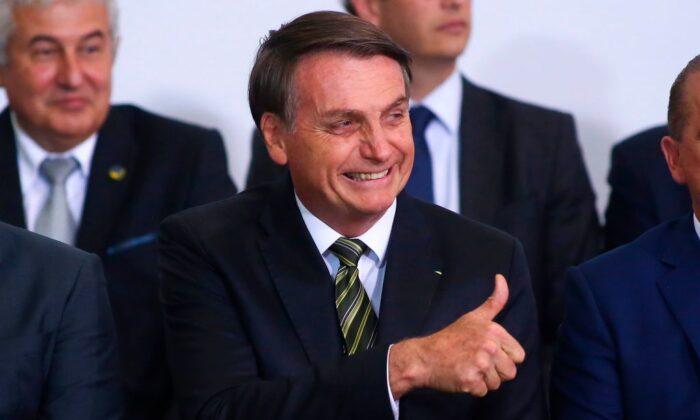 자이르 보우소나루 브라질 대통령이 브라질리아 플라날토 궁, 집권 300일 기념식에서 포즈를 취하고 있다. 2019. 11. 5. | Sergio Lima/AFP via Getty Images