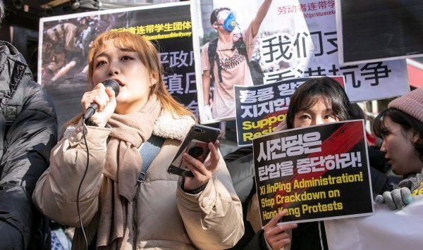 19일 주한 중국대사관 앞에서 대학생 30여 명이 홍콩 시위 지지와 시위대 탄압 중단을 촉구하는 기자회견을 열었다.  Epoch Times