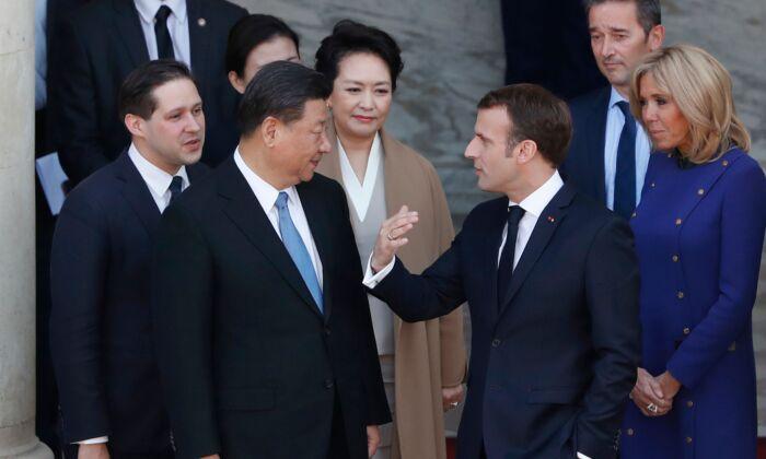 에마뉘엘 마크롱 프랑스 대통령과 부인 브리지테 마크롱(오른쪽) 여사가 파리 엘리제궁 회담을 마친 뒤 시진핑 중국 국가주석, 부인 펑리위안(가운데)과 대화하고 있다. 2019. 3. 26. | THIBAULT CAMUS/AFP via Getty Images