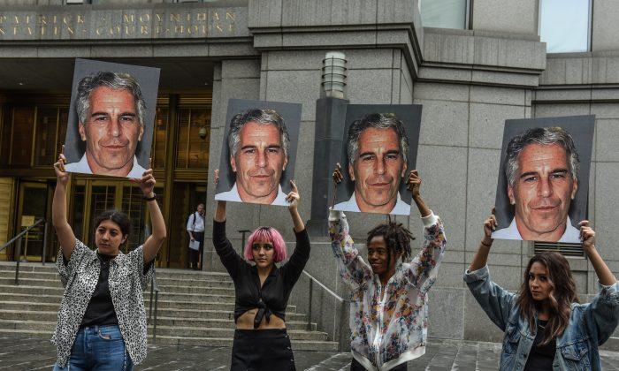 '핫메스'라는 시위대가 뉴욕시 연방법원 앞에서 제프리 엡스타인의 팻말을 들고 있다. 2019. 7. 8. | Stephanie Keith/Getty Images