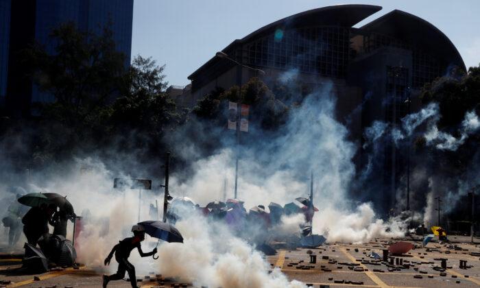 홍콩 폴리테크닉대학 밖에서 경찰과 충돌한 시위대. 2019. 11. 17. | Thomas Peter/Reuters=Yonhapnews(연합뉴스)