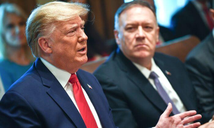 도널드 트럼프 미국 대통령이 백악관에서 국무회의 중 마이크 폼페이오 국무장관 옆에 앉아 말하고 있다. 2019.10.21. | Brendan Smialowski/AFP via Getty Images