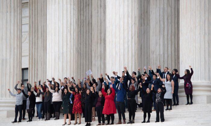 이민자 권리 운동가들이 불법체류 청년 추방유예정책인 DACA 폐지 심리가 열리는 워싱턴 대법원 앞에서 시위를 하고 있다 2019.11.12.|Saul Loeb/AFP via Getty Images