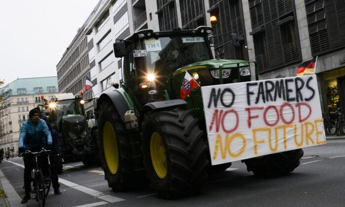 독일 농민들이 베를린에 모여 시위를 벌이고 있다.2019.11.26.|Markus Schreiber/AP=Yonhapnews(연합뉴스)