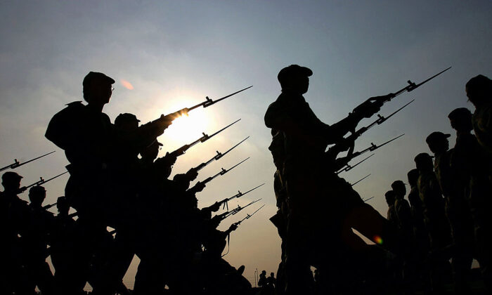 중국 광저우 대학 1학년생들이 군사훈련 시간에 행진하고 있다. | China Photos/Getty Images