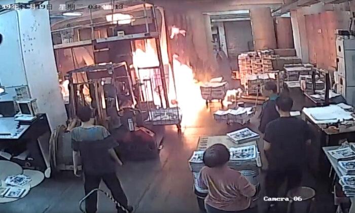 지난 19일 새벽 3시 50분께 에포크타임스 홍콩지사 인쇄소에 괴한들이 침입해 윤전기 등을 불태우는 사건이 발생했다. | 에포크타임스 홍콩지사 인쇄소 CCTV 화면캡처