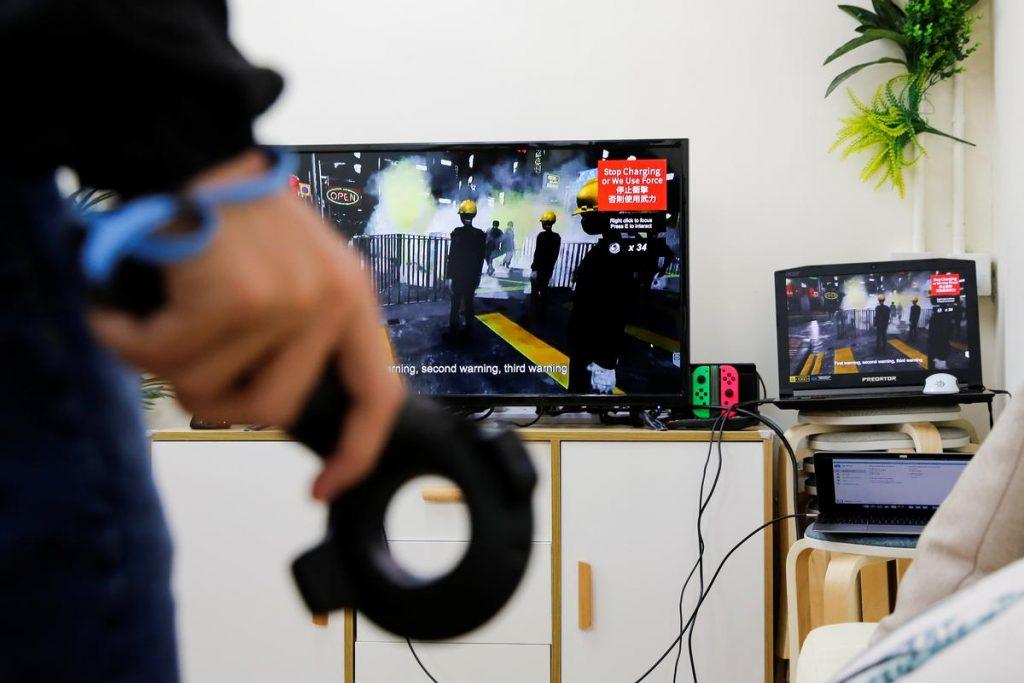 '홍콩을 해방하라' 게임을 개발한 학생이 시연하고 있다. 2019년 10월 28일. (Tyrone Siu/Reuters)