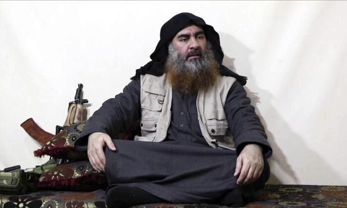한 무장단체 웹사이트에 올린 동영상에서 고(故) 아부 바크르 알바그다디가 자신의 단체 언론 알푸르칸과 인터뷰하는 모습. 2019. 4. 29. 비디오 화면 캡처. | Al-Furqan media via AP, File
