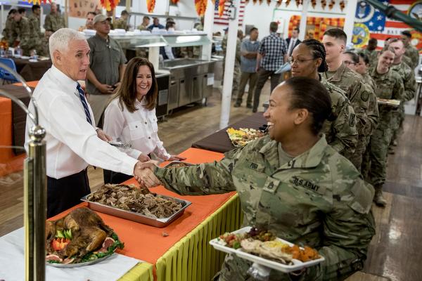 마이크 펜스 부통령과 부인 캐런 펜스(왼쪽에서 두 번째)가 이라크 알아사드 공군 기지에서 추수감사절을 앞두고 기지 장병들에게 칠면조 요리 대접했다. 2019.11.23   AP=Yonhapnews(연합뉴스)