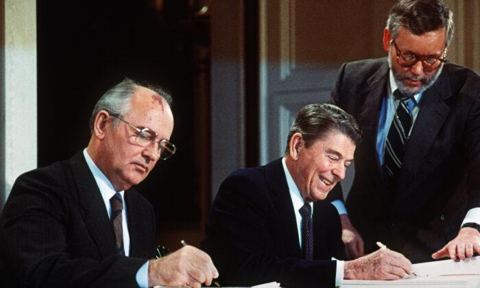 미하일 고르바초프(왼) 소련 공산당 서기장과 로널드 레이건 미국 대통령이 워싱턴 정상회담에서 미국과 소련의 중·단거리 핵미사일 제거 합의에 서명했다. 1987. 12. 8.   -/AFP via Getty Images