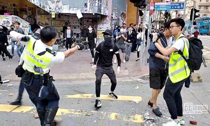 SNS 동영상 정지 화면: 홍콩 사이완호에서 경찰관이 시위자를 향해 총을 겨누고 있는 모습. 2019. 11. 11. | Cupid Producer via Reuters=Yonhapnews(연합뉴스)