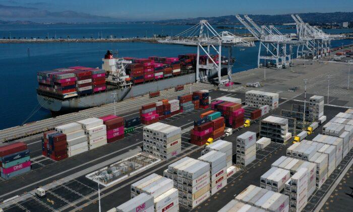 캘리포니아 주 오클랜드의 오클랜드 트랜스베이 컨테이너 터미널 항구에 정박 중인 선박. 2019.9.3.|Justin Sullivan/Getty Images