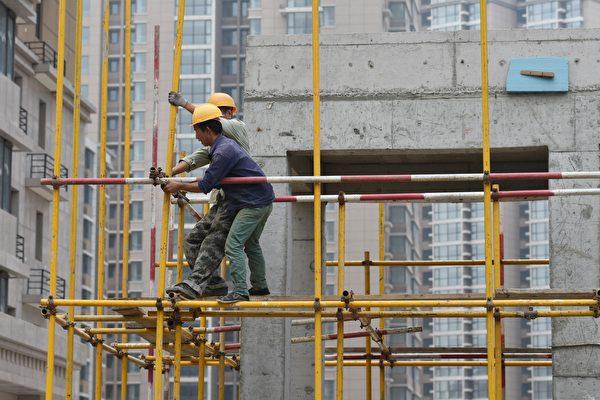 중국 공산당은 올해 GDP 성장률을 6.0~6.5%로 잡았지만, 중국 관측통들은 이보다 훨씬 떨어질 것으로 보고 있다. 사진은 베이징의 한 건설 현장. | GREG BAKER/AFP/Getty Images