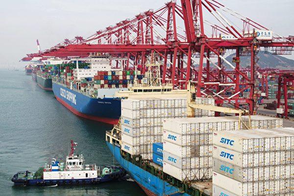 미중 무역전쟁이 시작된 지 1년여가 지난 지금 베이징은 서둘러 호재를 풀면서 단계적으로 관세가 철폐되기를 기대하고 있다. | 사진은 지난 5월 산둥(山東)성 칭다오(靑島)항의 화물운송 선박.