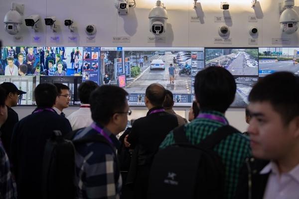 2018년 10월 24일, 베이징에서 열린 '제 14회 보안 안전 전시회'에서 안면인식 기술을 이용한 인공지능 보안 카메라를 바라보고 있는 관람객들. | Nicolas Asfouri/AFP/Getty Images