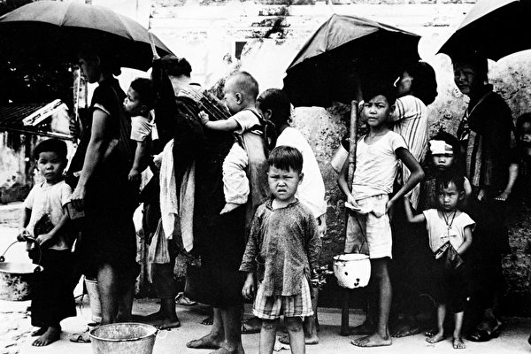 1962년 5월, 불법으로 중국에서 홍콩으로 넘어온 난민들이 식량을 받기 위해 줄을 서 있다. | AFP/Getty Images
